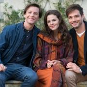 Noah Rushton (Jonathan Beck, l.), Amy Truman (Ruby O. Fee)) und Ryan Rushton (Marc Schöttner, r.).